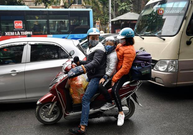 Trẻ nhỏ trùm chăn, khoác áo mưa chật vật theo chân bố mẹ rời Thủ đô về quê ăn Tết-4