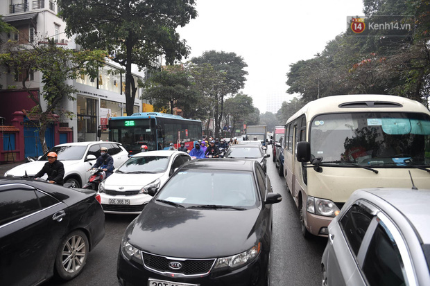 Trẻ nhỏ trùm chăn, khoác áo mưa chật vật theo chân bố mẹ rời Thủ đô về quê ăn Tết-5