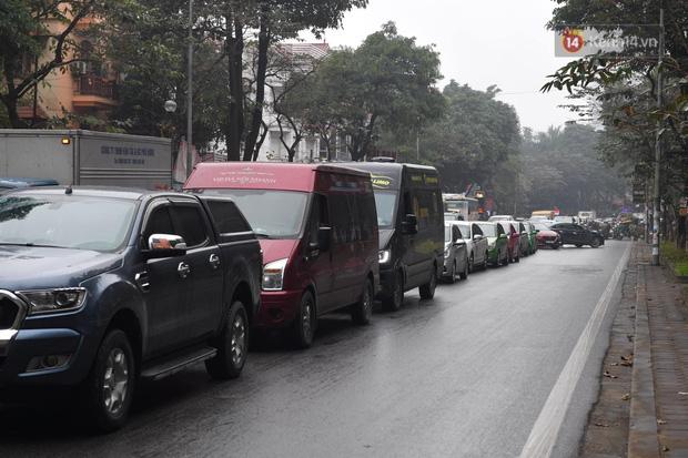 Trẻ nhỏ trùm chăn, khoác áo mưa chật vật theo chân bố mẹ rời Thủ đô về quê ăn Tết-6