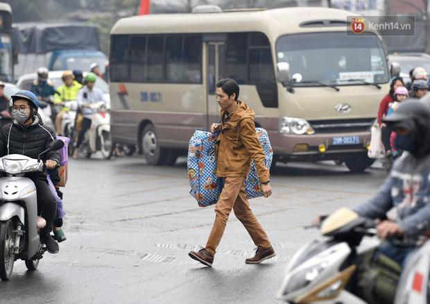 Trẻ nhỏ trùm chăn, khoác áo mưa chật vật theo chân bố mẹ rời Thủ đô về quê ăn Tết-12
