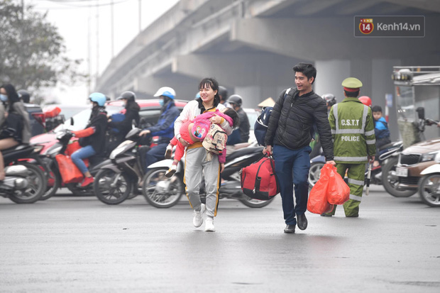 Trẻ nhỏ trùm chăn, khoác áo mưa chật vật theo chân bố mẹ rời Thủ đô về quê ăn Tết-13