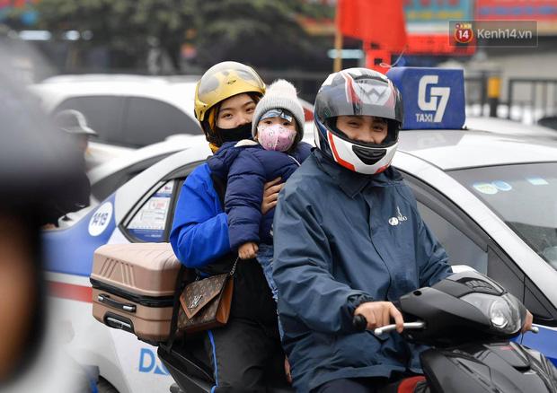 Trẻ nhỏ trùm chăn, khoác áo mưa chật vật theo chân bố mẹ rời Thủ đô về quê ăn Tết-15