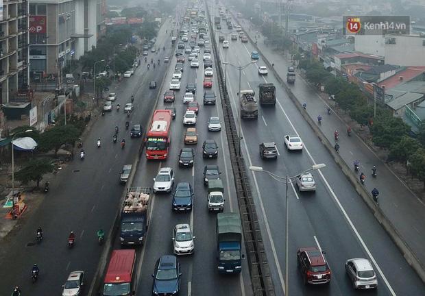 Trẻ nhỏ trùm chăn, khoác áo mưa chật vật theo chân bố mẹ rời Thủ đô về quê ăn Tết-16