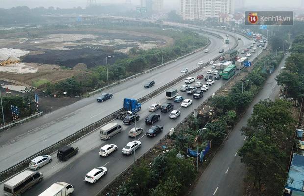 Trẻ nhỏ trùm chăn, khoác áo mưa chật vật theo chân bố mẹ rời Thủ đô về quê ăn Tết-17