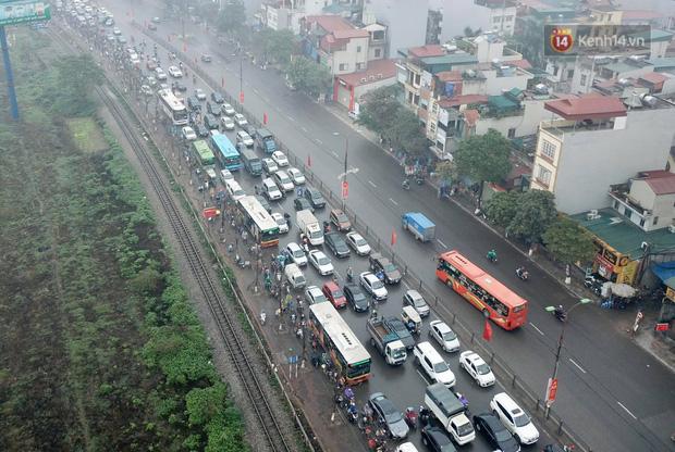 Trẻ nhỏ trùm chăn, khoác áo mưa chật vật theo chân bố mẹ rời Thủ đô về quê ăn Tết-19