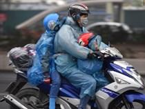 Trẻ nhỏ trùm chăn, khoác áo mưa chật vật theo chân bố mẹ rời Thủ đô về quê ăn Tết