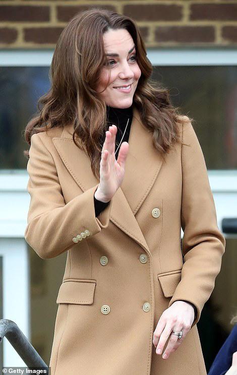 Vừa rời khỏi hoàng gia Anh, Meghan Markle đã bị chị dâu Kate chiếm hết spotlight, tạo ra hình ảnh khác nhau một trời một vực-1