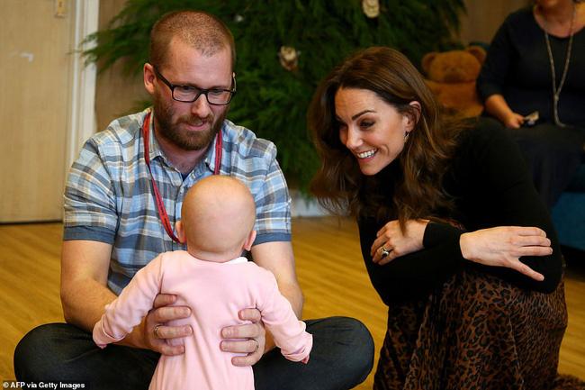 Vừa rời khỏi hoàng gia Anh, Meghan Markle đã bị chị dâu Kate chiếm hết spotlight, tạo ra hình ảnh khác nhau một trời một vực-3