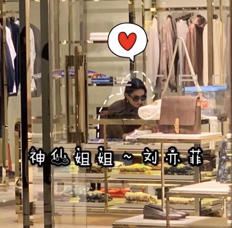 """Lưu Diệc Phi gây thất vọng khi lộ thân hình khúc nào ra khúc nấy"""" lúc đi mua sắm-1"""