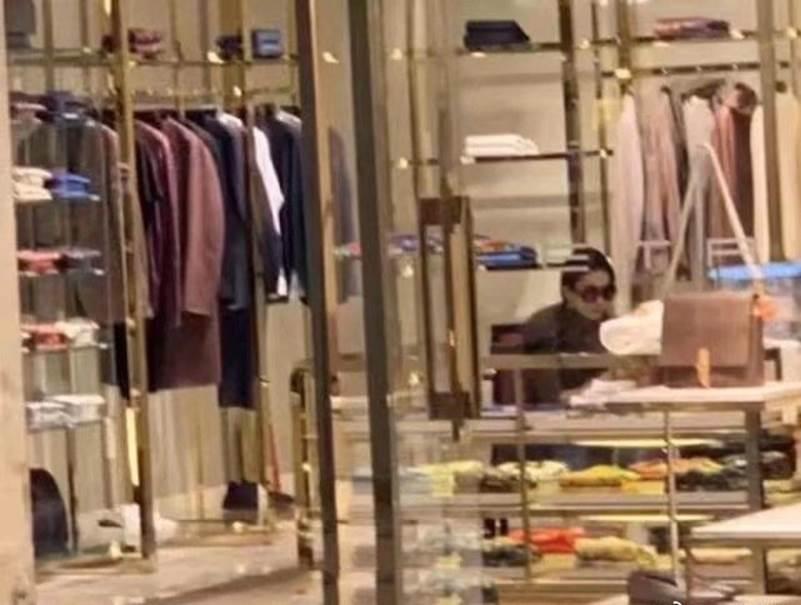 """Lưu Diệc Phi gây thất vọng khi lộ thân hình khúc nào ra khúc nấy"""" lúc đi mua sắm-2"""