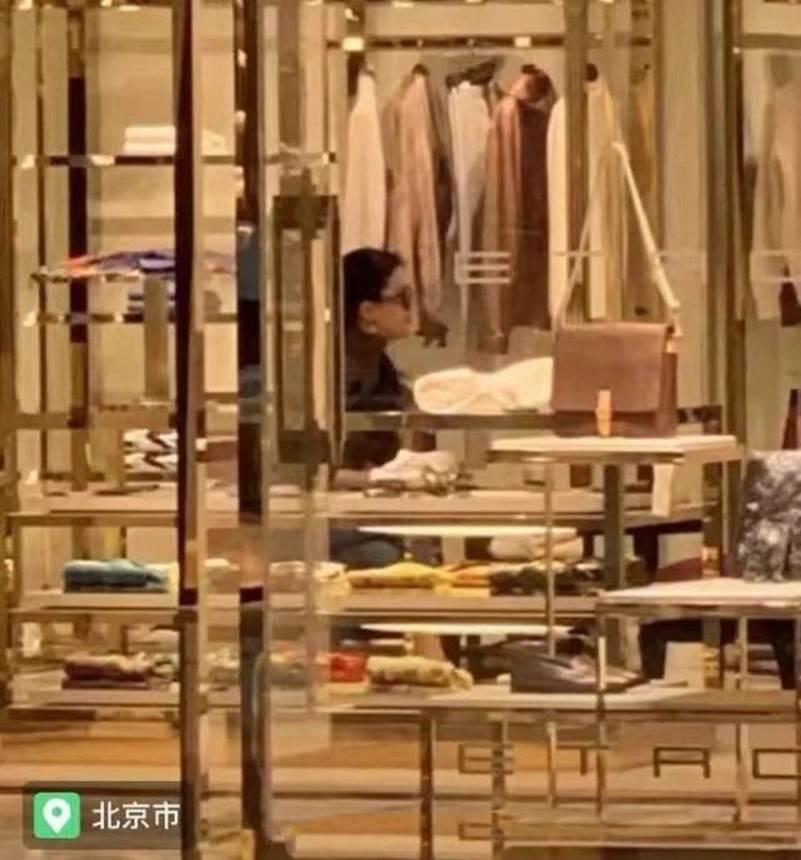 """Lưu Diệc Phi gây thất vọng khi lộ thân hình khúc nào ra khúc nấy"""" lúc đi mua sắm-3"""