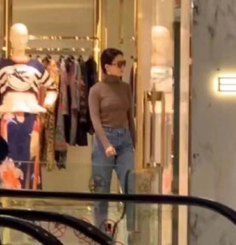 """Lưu Diệc Phi gây thất vọng khi lộ thân hình khúc nào ra khúc nấy"""" lúc đi mua sắm-4"""