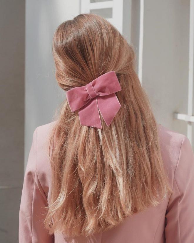 Hội sành mặc Instagram đang rủ nhau buộc nơ tóc điệu đà mà không sến, bạn copy diện Tết là đúng đắn lắm luôn!-1