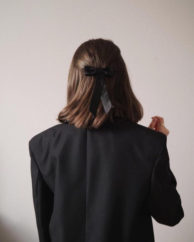 Hội sành mặc Instagram đang rủ nhau buộc nơ tóc điệu đà mà không sến, bạn copy diện Tết là đúng đắn lắm luôn!-11