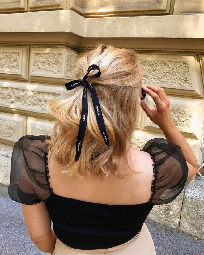 Hội sành mặc Instagram đang rủ nhau buộc nơ tóc điệu đà mà không sến, bạn copy diện Tết là đúng đắn lắm luôn!-12