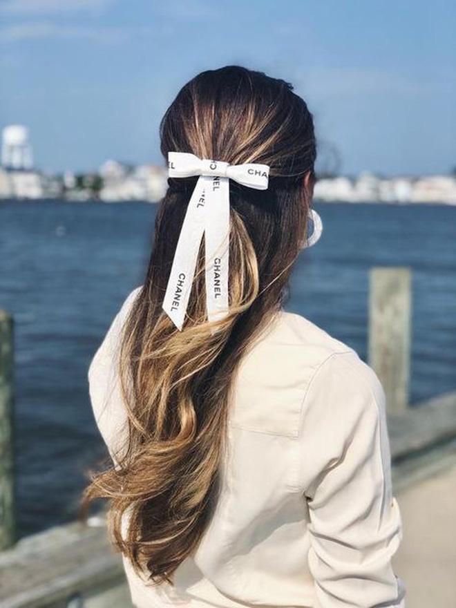 Hội sành mặc Instagram đang rủ nhau buộc nơ tóc điệu đà mà không sến, bạn copy diện Tết là đúng đắn lắm luôn!-13
