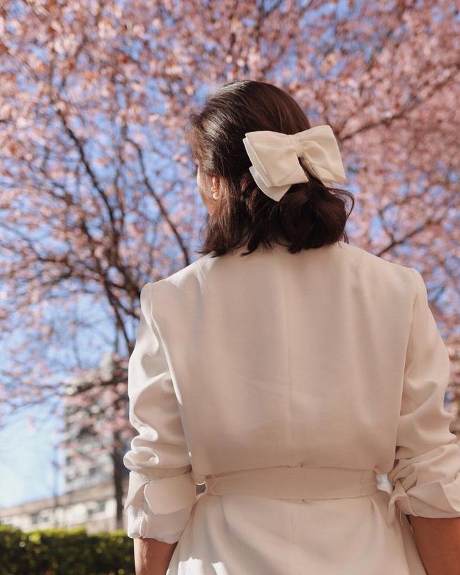 Hội sành mặc Instagram đang rủ nhau buộc nơ tóc điệu đà mà không sến, bạn copy diện Tết là đúng đắn lắm luôn!-2