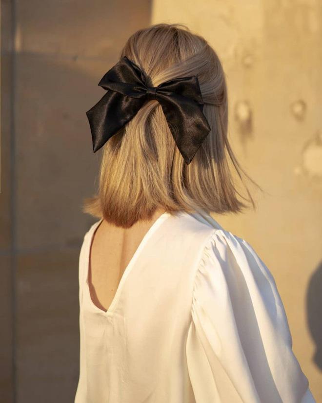 Hội sành mặc Instagram đang rủ nhau buộc nơ tóc điệu đà mà không sến, bạn copy diện Tết là đúng đắn lắm luôn!-3