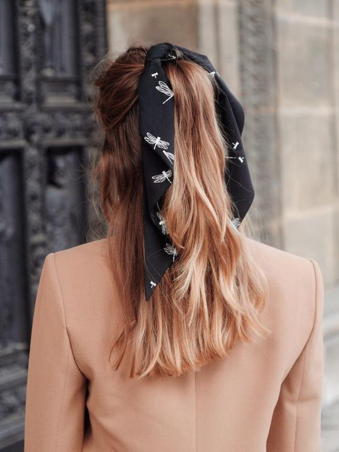 Hội sành mặc Instagram đang rủ nhau buộc nơ tóc điệu đà mà không sến, bạn copy diện Tết là đúng đắn lắm luôn!-9
