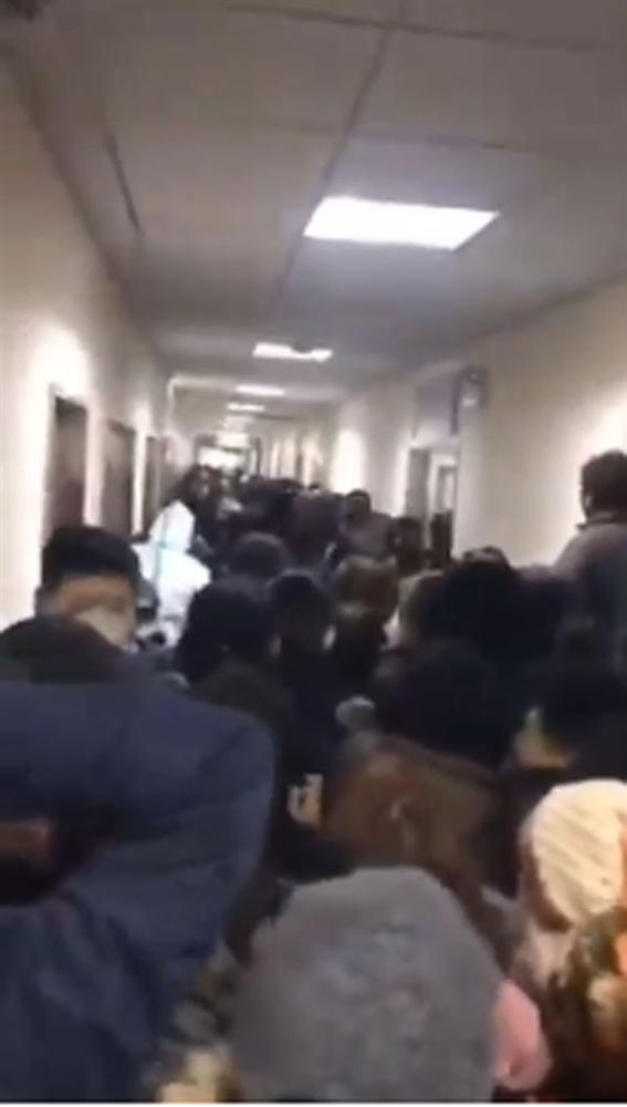 Vũ Hán thất thủ: Dân giành giật thực phẩm dự trữ, cháy hàng khẩu trang chồng dùng tạm băng vệ sinh của vợ, bệnh viện vỡ trận-3