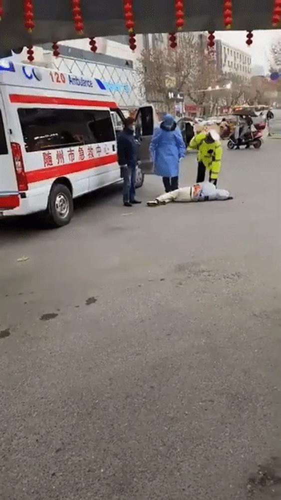 Cảnh người dân trong tâm dịch viêm phổi Vũ Hán đột ngột ngã xuống đất và nôn ra máu hệt như phim zombie gây bão cộng đồng mạng-3