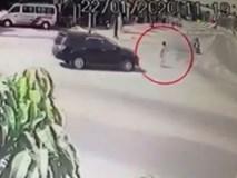 CLIP: Đang chậm rãi đi bộ qua đường, người đàn ông bị ô tô 7 chỗ lao tới đâm trúng, tử vong đúng ngày giáp Tết