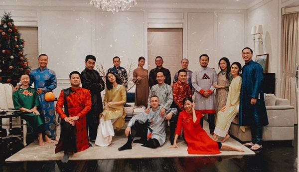 Đội hình diện áo dài của hội bạn Hà Tăng đang long lanh hoành tráng thì bị lựa chọn lạc quẻ của Louis Nguyễn phá bĩnh chút nhẹ-1