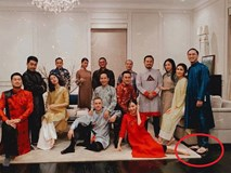 Đội hình diện áo dài của hội bạn Hà Tăng đang long lanh hoành tráng thì bị lựa chọn lạc quẻ của Louis Nguyễn