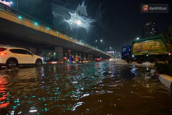 Lâu lắm rồi Hà Nội mới đón giao thừa trong tiết trời xấu thậm tệ, mưa xối xả cả ngày khiến đường ngập như sông-1