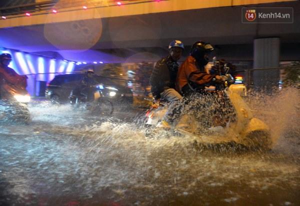 Lâu lắm rồi Hà Nội mới đón giao thừa trong tiết trời xấu thậm tệ, mưa xối xả cả ngày khiến đường ngập như sông-2