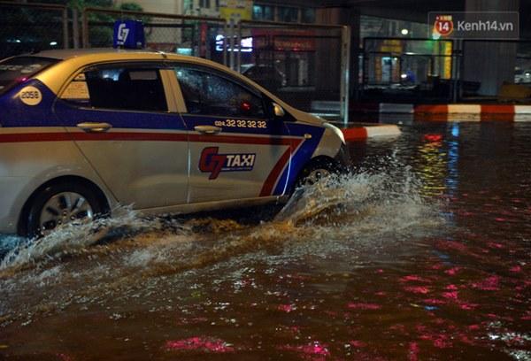 Lâu lắm rồi Hà Nội mới đón giao thừa trong tiết trời xấu thậm tệ, mưa xối xả cả ngày khiến đường ngập như sông-3