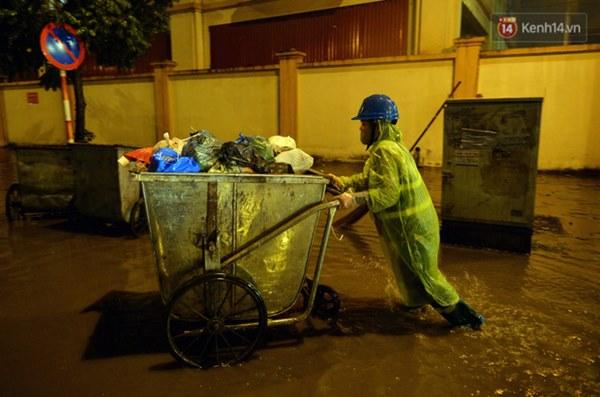 Lâu lắm rồi Hà Nội mới đón giao thừa trong tiết trời xấu thậm tệ, mưa xối xả cả ngày khiến đường ngập như sông-5