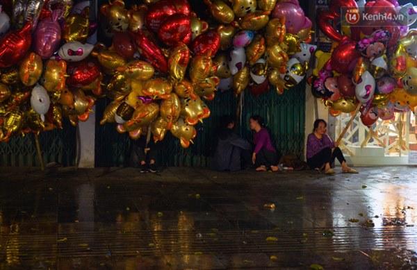 Lâu lắm rồi Hà Nội mới đón giao thừa trong tiết trời xấu thậm tệ, mưa xối xả cả ngày khiến đường ngập như sông-6