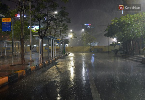 Lâu lắm rồi Hà Nội mới đón giao thừa trong tiết trời xấu thậm tệ, mưa xối xả cả ngày khiến đường ngập như sông-8