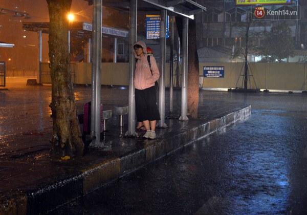 Lâu lắm rồi Hà Nội mới đón giao thừa trong tiết trời xấu thậm tệ, mưa xối xả cả ngày khiến đường ngập như sông-9