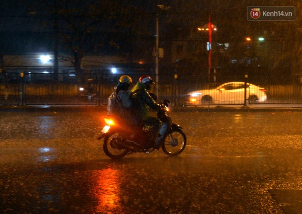 Lâu lắm rồi Hà Nội mới đón giao thừa trong tiết trời xấu thậm tệ, mưa xối xả cả ngày khiến đường ngập như sông-10