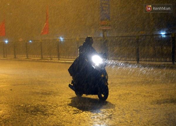 Lâu lắm rồi Hà Nội mới đón giao thừa trong tiết trời xấu thậm tệ, mưa xối xả cả ngày khiến đường ngập như sông-11