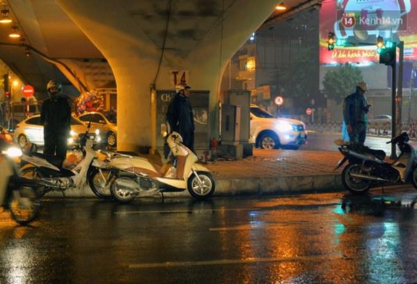 Lâu lắm rồi Hà Nội mới đón giao thừa trong tiết trời xấu thậm tệ, mưa xối xả cả ngày khiến đường ngập như sông-12