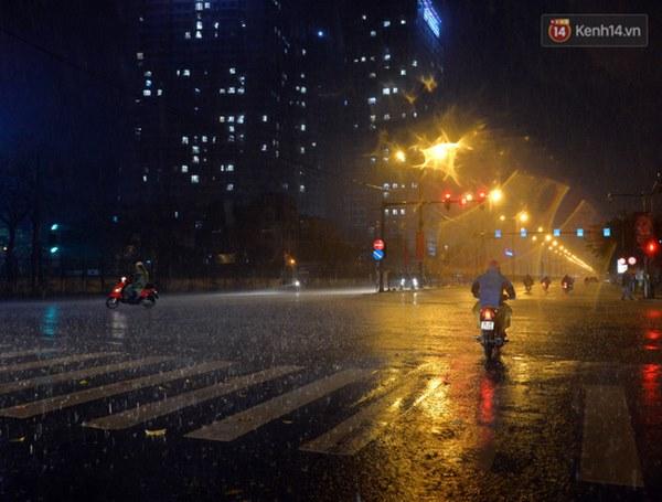 Lâu lắm rồi Hà Nội mới đón giao thừa trong tiết trời xấu thậm tệ, mưa xối xả cả ngày khiến đường ngập như sông-13