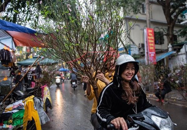 Người Hà Nội đội mưa mua đào, quất rớt giá chiều 30 Tết-2
