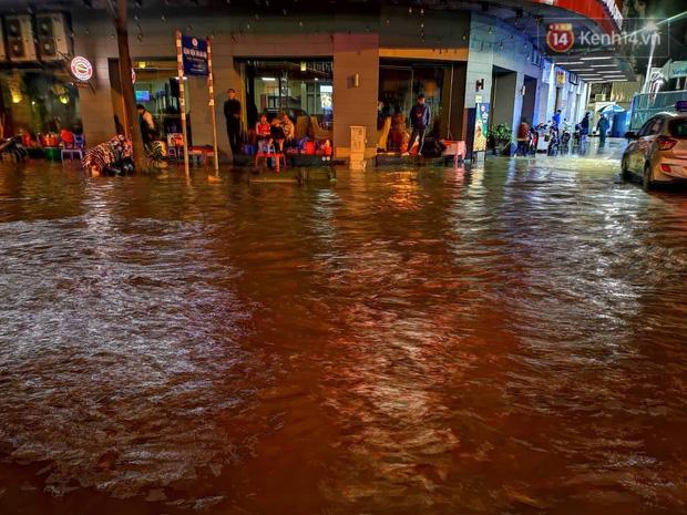 Ác mộng nước ngập đêm 30 Tết: Nước đục ngầu tràn vào nhà, đêm giao thừa bì bõm chờ đón pháo hoa-9