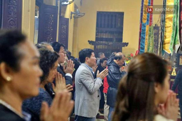 Hàng trăm người Hà Nội đổ về chùa Quán Sứ làm lễ, xin lộc sau giao thừa-6