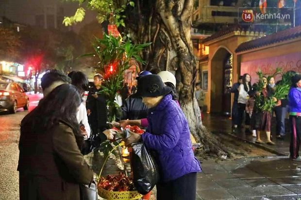 Hàng trăm người Hà Nội đổ về chùa Quán Sứ làm lễ, xin lộc sau giao thừa-7