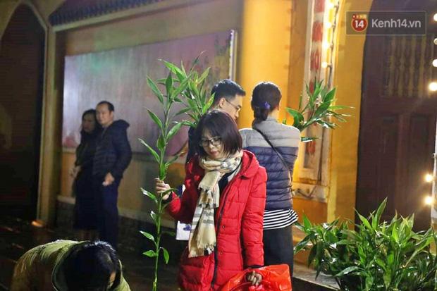 Hàng trăm người Hà Nội đổ về chùa Quán Sứ làm lễ, xin lộc sau giao thừa-8