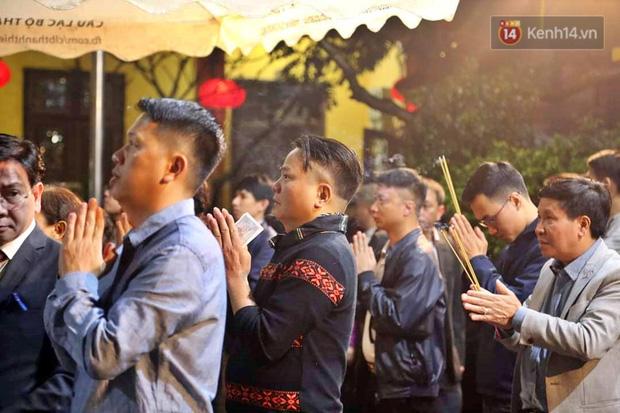 Hàng trăm người Hà Nội đổ về chùa Quán Sứ làm lễ, xin lộc sau giao thừa-2