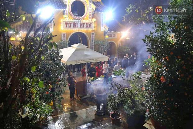 Hàng trăm người Hà Nội đổ về chùa Quán Sứ làm lễ, xin lộc sau giao thừa-4