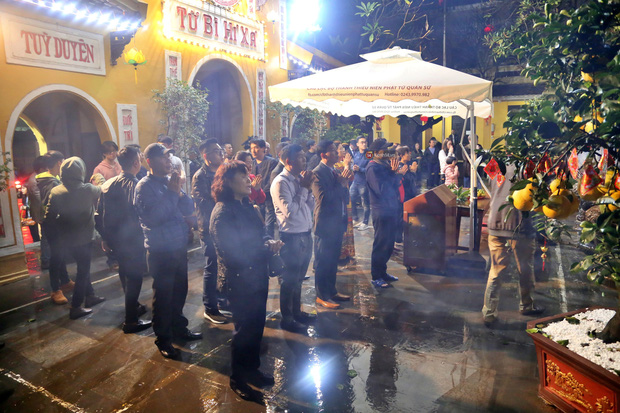 Hàng trăm người Hà Nội đổ về chùa Quán Sứ làm lễ, xin lộc sau giao thừa-1