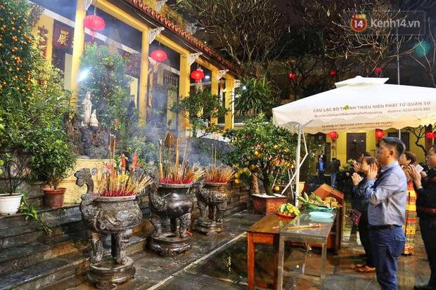 Hàng trăm người Hà Nội đổ về chùa Quán Sứ làm lễ, xin lộc sau giao thừa-3