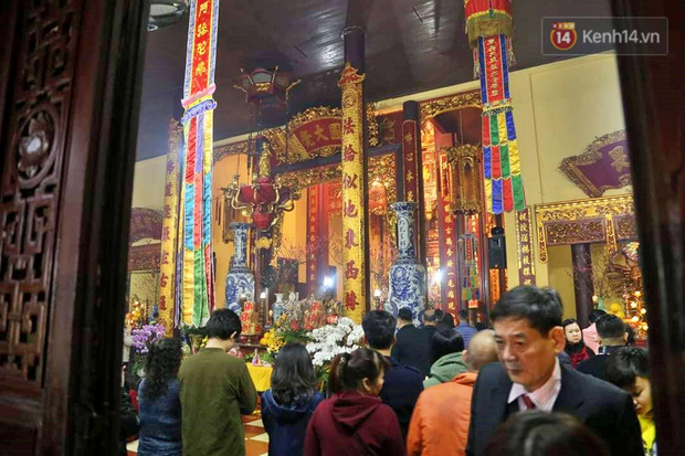 Hàng trăm người Hà Nội đổ về chùa Quán Sứ làm lễ, xin lộc sau giao thừa-5