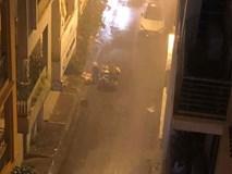 Hình ảnh người công nhân môi trường miệt mài thu gom rác trong đêm Giao thừa mưa tầm tã khiến nhiều người xót xa